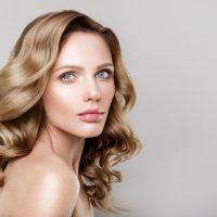 Przeszczep włosów a peruki – co wybrać?