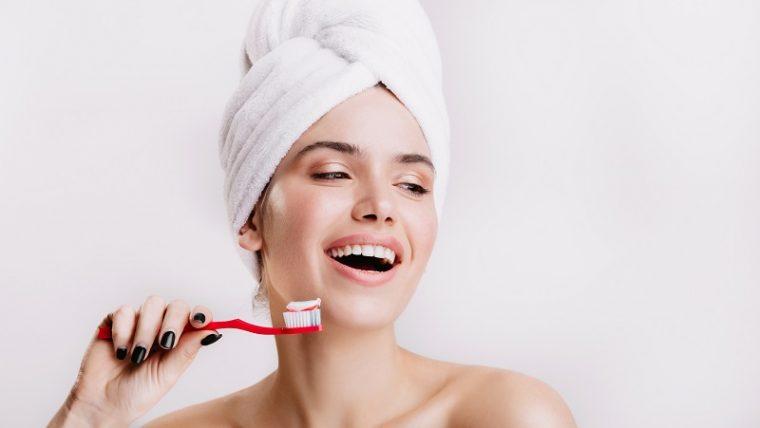 Jak często należy wymieniać szczoteczkę według porad udzielanych przez gabinet stomatologiczny Warszawa?