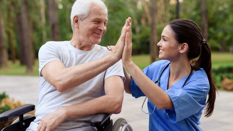 Turnusy rehabilitacyjne dla seniorów – dlaczego warto?